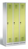 C+P Garderobenschrank 48020-30 Evolo auf Sockel 3 Abteile 300mm (HxBxT) 1800x900x500mm Lichtgrau/Viridingrün